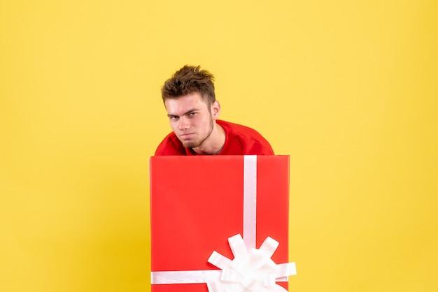 선물 상자 안에 전면보기 젊은 남성 서