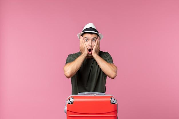 Vista frontale giovane maschio in vacanza scioccato dallo spazio rosa pink