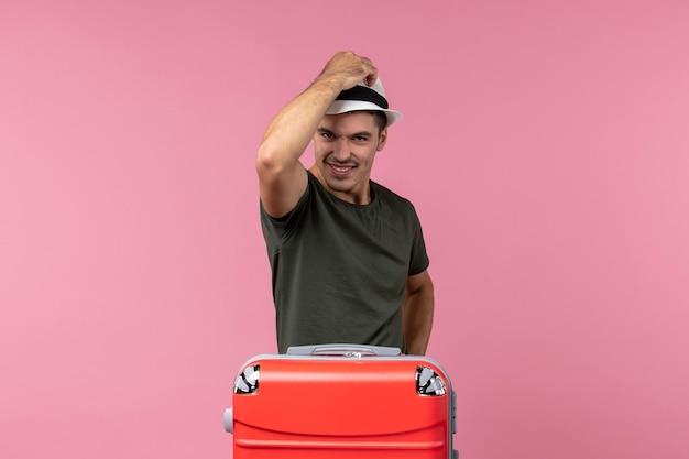 Vista frontale giovane maschio in vacanza con cappello sullo spazio rosa pink