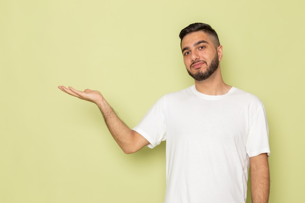 Un giovane maschio di vista frontale in maglietta bianca che sta appena