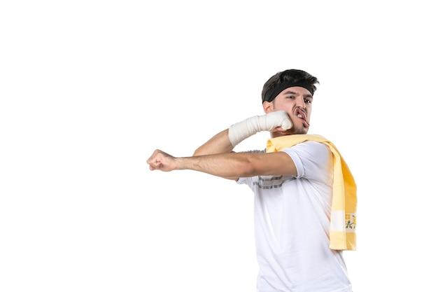 정면도 젊은 남성 부상당한 손에 붕대를 감고 흰색 배경에 몸을 치는 운동 선수 체육관 다이어트 스포츠 고통 부상 병원 신체 라이프 스타일