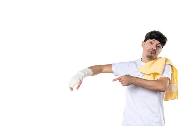 흰색 배경에 그의 다친 손에 붕대와 전면보기 젊은 남성 다이어트 스포츠 고통 생활 방식 몸에 맞는 운동 선수 체육관 병원