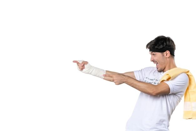 정면도 젊은 남성 상처 입은 손에 붕대를 감고 흰색 배경에 다이어트 스포츠 고통 생활 방식 맞는 운동 선수 체육관 병원 몸