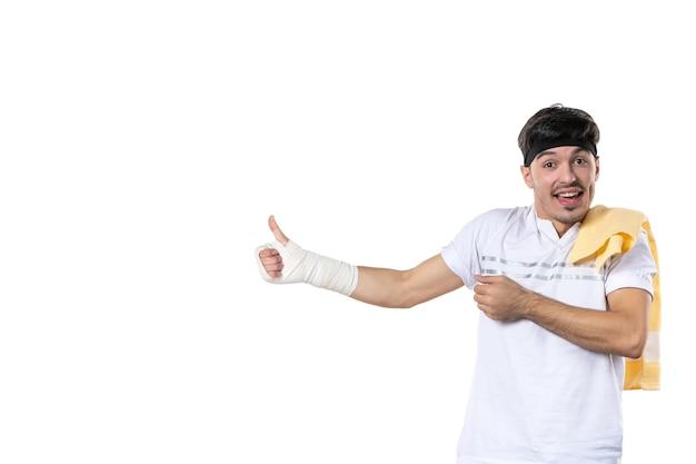 흰색 배경에 그의 다친 손에 붕대와 전면보기 젊은 남성 다이어트 스포츠 고통 생활 방식 부상 맞는 운동 선수 체육관 몸