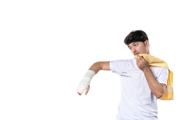 전면보기 흰색 배경에 그의 다친 손에 붕대와 젊은 남성 다이어트 스포츠 고통 생활 방식 부상 맞는 운동 선수 체육관 병원