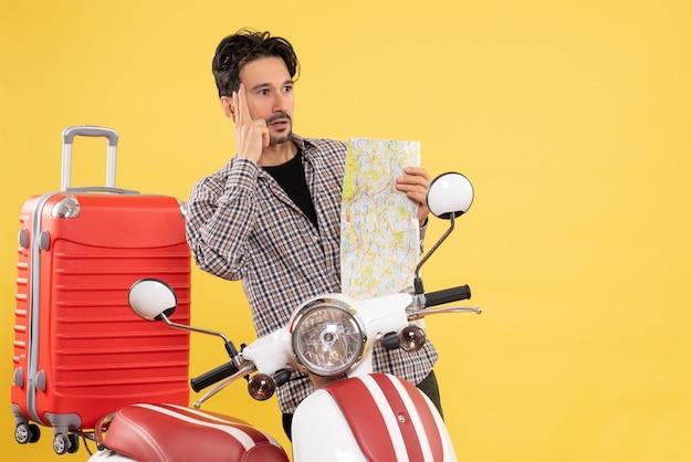 自転車と黄色の地図を持つ若い男性の正面図