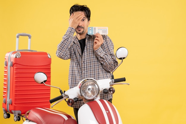 Вид спереди молодой самец с велосипедом, держащий билет на самолет на желтом