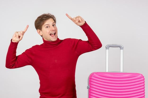 흰색 바탕에 분홍색 가방 전면보기 젊은 남성