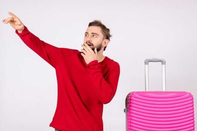 흰 벽 여행 사진 인간의 색상 휴가 항공편 항해 여름에 분홍색 가방 전면보기 젊은 남성