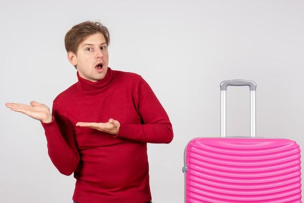 Giovane maschio vista frontale con borsa rosa su sfondo bianco
