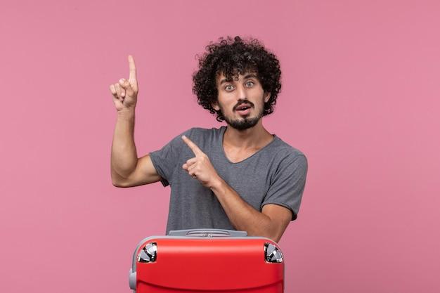 분홍색 공간에 빨간 가방 전면보기 젊은 남성