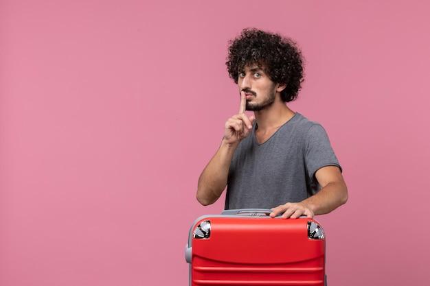 Вид спереди молодой самец с красной сумкой, готовящийся к поездке в розовое пространство