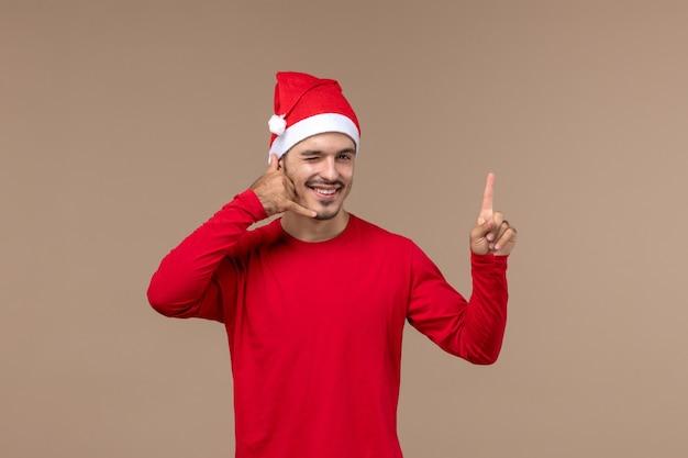 갈색 배경 크리스마스 감정 휴일 남성에 윙크 식으로 전면보기 젊은 남성