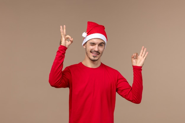 갈색 배경 감정 휴일 남성에 윙크하는 표정으로 전면보기 젊은 남성