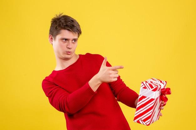 노란색 책상에 크리스마스와 전면보기 젊은 남성