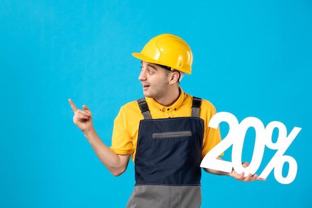 年轻男性工作者正面图制服的有在蓝色的文字