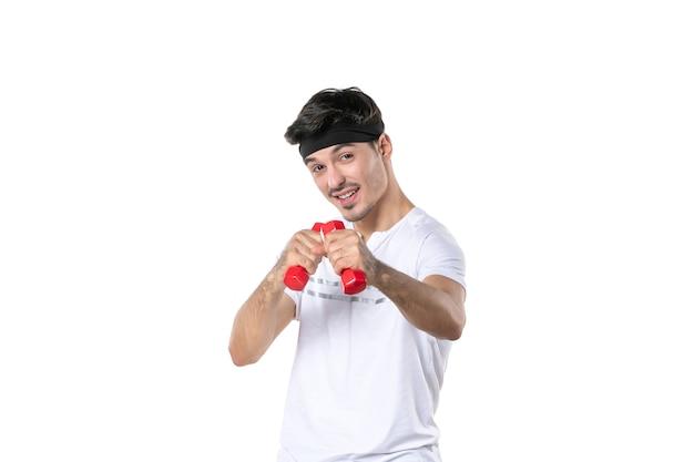 전면보기 흰색 배경에 아령으로 운동하는 젊은 남성 스포츠 색상 맞는 몸 요가 건강 라이프 스타일 다이어트