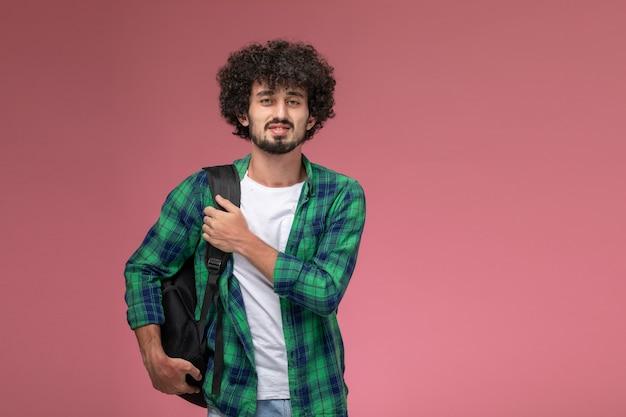 バッグを持って大学に行く正面図の若い男