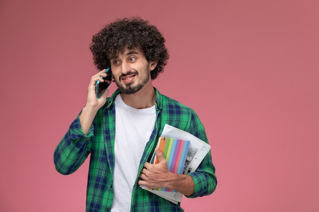 正面図若い男は彼のガールフレンドによって良いニュースを得ました