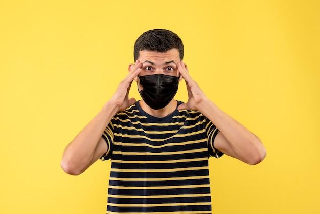 노란색 바탕에 검은 색과 흰색 줄무늬 티셔츠 서 전면보기 젊은 남자