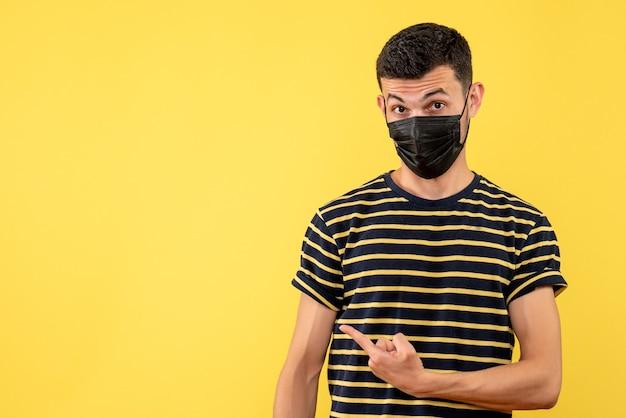 복사 장소 흑백 줄무늬 티셔츠 노란색 배경에서 전면보기 젊은 남자