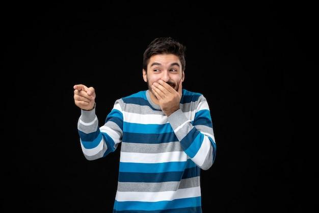 Вид спереди молодой человек в синей полосатой майке смеется