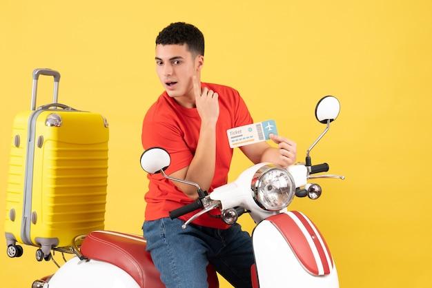 Вид спереди молодой человек на мопеде с билетом, что-то думает