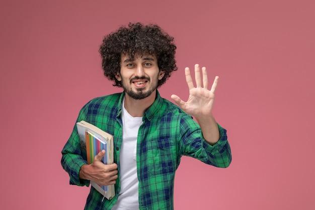 Вид спереди молодой человек показывает вам открытую руку
