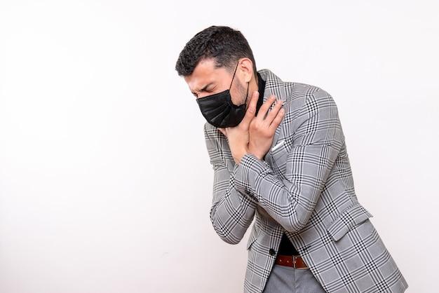 白い孤立した背景に立っている喉を保持している黒いマスクを持つ正面図の若い男