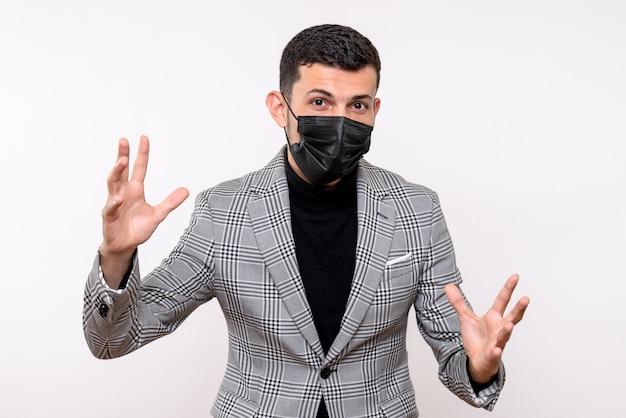 Vista frontale giovane uomo con maschera nera aprendo le mani in piedi su sfondo bianco isolato