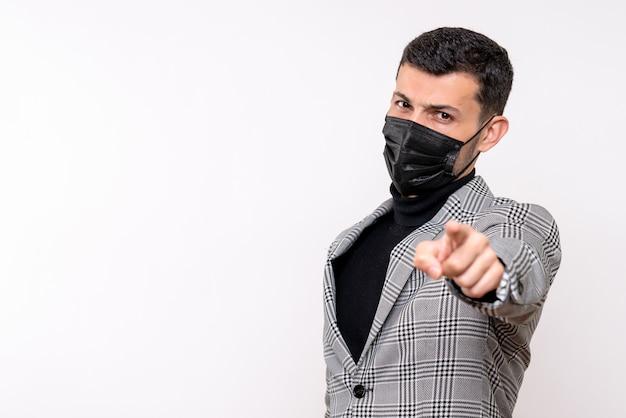 白い孤立した背景の上に立っている黒いマスクを持つ正面図の若い男