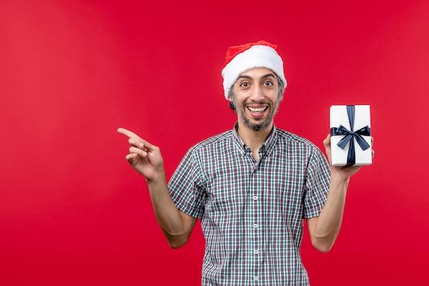 赤い背景に新年が存在する正面図若い男