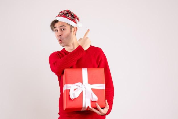 복사 공간 흰색 배경에 산타 모자 서 전면보기 젊은 남자