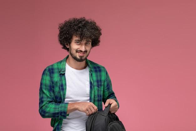 Giovane vista frontale zippare la sua borsa