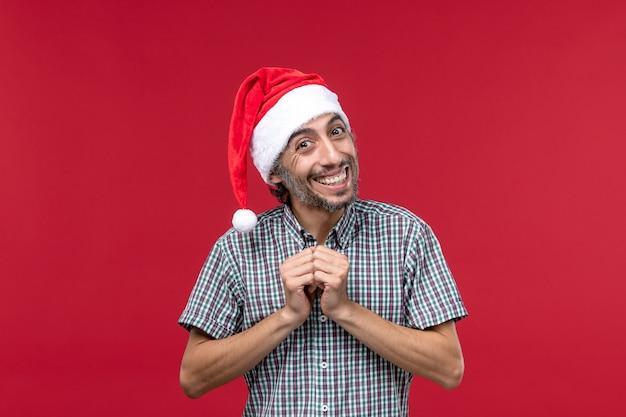 赤い壁の休日新年赤に笑顔の表情を持つ正面図若い人