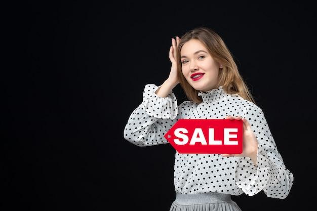 검은 벽 붉은 색 쇼핑 사진 감정 패션 여자에 판매 쓰기를 들고 전면 보기 젊은 예쁜 여성