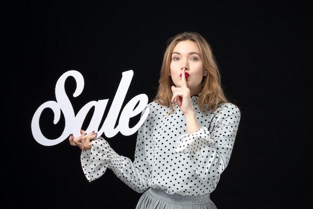 전면 보기 검은 벽 색상 쇼핑 뷰티 모델 패션 사진 감정에 판매 쓰기를 들고 젊은 예쁜 여성