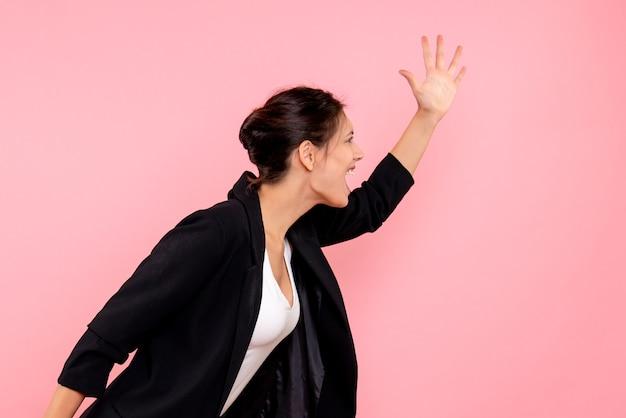 분홍색 배경에 어두운 재킷에 전면보기 젊은 예쁜 여성
