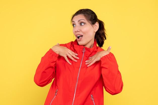 노란색 바탕에 빨간 코트에 전면보기 젊은 예쁜 여성