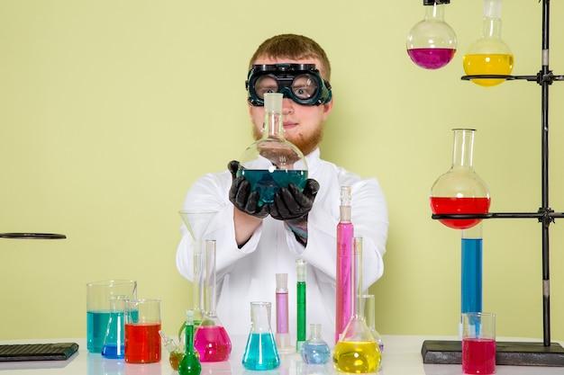 Il giovane studente di vista frontale termina il suo nuovo esperimento