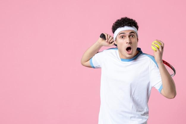 분홍색 벽에 스포츠 옷 라켓에 전면보기 젊은 테니스 선수