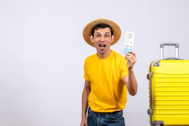 항공 티켓을 들고 가방 근처에 서 전면보기 젊은 관광