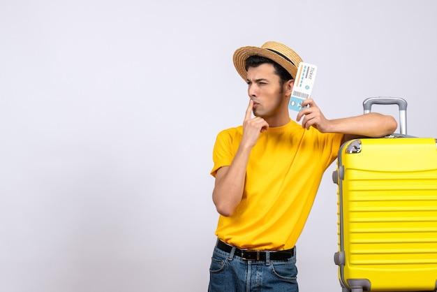 혼란 스 러 워 노란색 가방 근처에 서 전면보기 젊은 관광