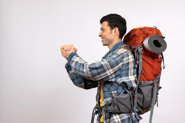 バックパックが手をこすりながら正面図若い旅行者