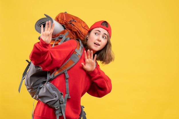 뭔가 막으려 고 빨간 배낭에 전면보기 젊은 여행자 여자