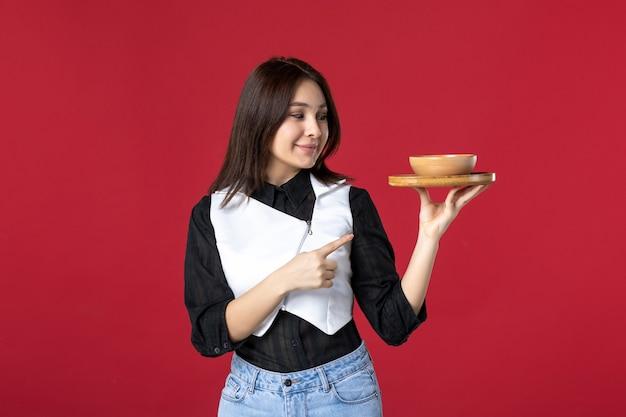 전면 보기 젊은 웨이트리스 빨간색 배경에 음식 주문을 들고 작업 여자 음식 직업 식사 아름다움 저녁 색상 저녁 식사 유니폼
