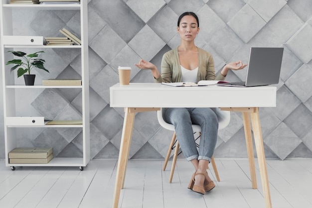 Вид спереди молодая женщина в офисе