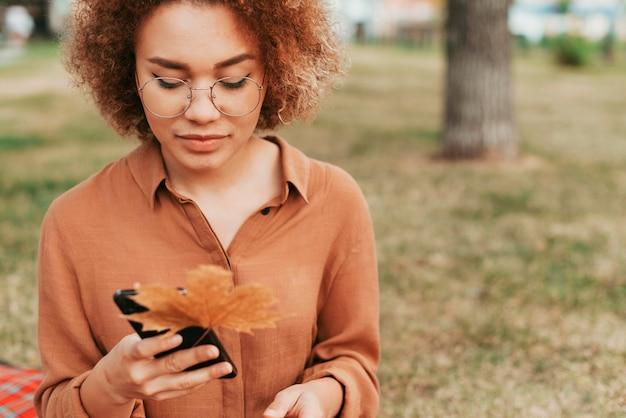 Молодая женщина вид спереди проверяет ее телефон