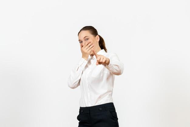 Vista frontale giovane donna in elegante camicetta bianca che ride su sfondo bianco donna lavoro d'ufficio signora lavoratrice
