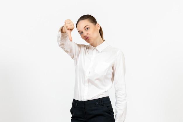 Vista frontale giovane donna in elegante camicetta bianca con faccia dispiaciuta su sfondo bianco donna lavoro d'ufficio signora lavoratrice